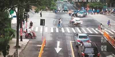 杭州姑娘被压车底,骑警